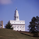 Vue extérieure du temple reconstruit de Nauvoo en 2002 (© 2002 by Intellectual Reserve, Inc. All rights reserved).