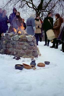 Avant la cérémonie de Romuva, les offrandes sont prêtes devant le feu.